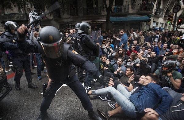 EU (links) versus Gewone Europeanen (zittend)