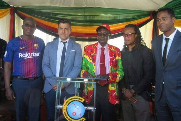 Robert Mugabe met de bekende mensenrechtenactivisten Patrick Kluivert en Edgar Davids