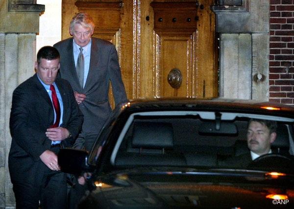 Premier Wim Kok verlaat maandagnacht begeleid door veiligheidsfunctionarissen het Binnenhof na de moord op Pim Fortuyn. ANP FOTO/VINCENT JANNINK