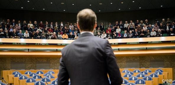 Boze burgers vs de spreekbuis van de multinationals, boven een lege zaal zonder volksvertegenwoordigers
