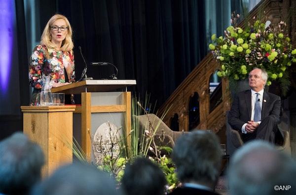 NIJMEGEN - Minister voor Buitenlandse Handel en Ontwikkelingssamenwerking Sigrid Kaag tijdens de uitreiking van de Vrede van Nijmegen Penning, die dit jaar naar Unilever-CEO Paul Polman gaat. De topman krijgt de onderscheiding vanwege zijn bijdrage aan een groenere en duurzamere leefomgeving, 5 april 2018
