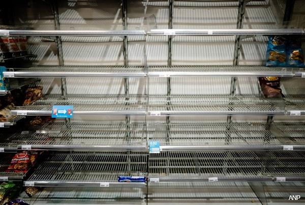 op de foto: een schap vol goedkope producten in de supermarkt