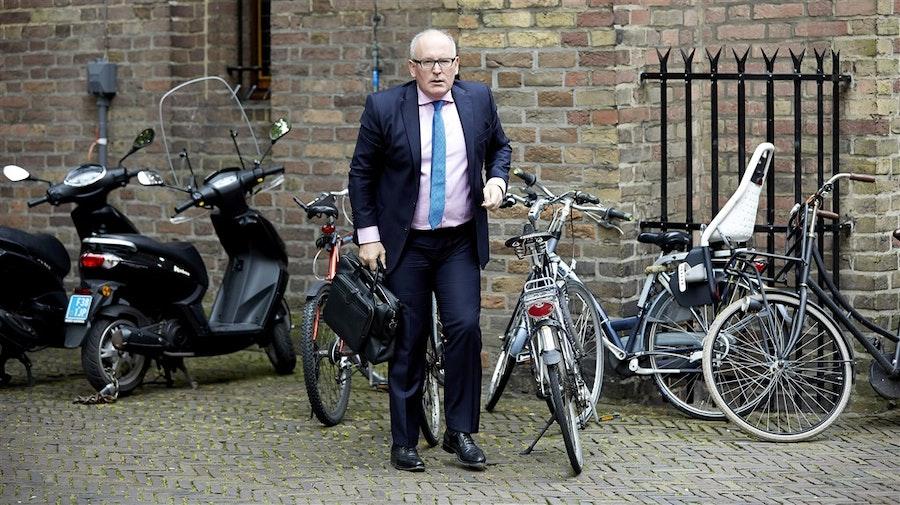 GeenStijl: Iedereen de pineut door Frans Timmermans: 'Aan de pomp 12 tot 14 cent per liter erbij'