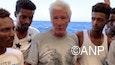 Richard Gere temidden van vrouwen & kinderen, fijne gouden ketting ook van die dude rechts
