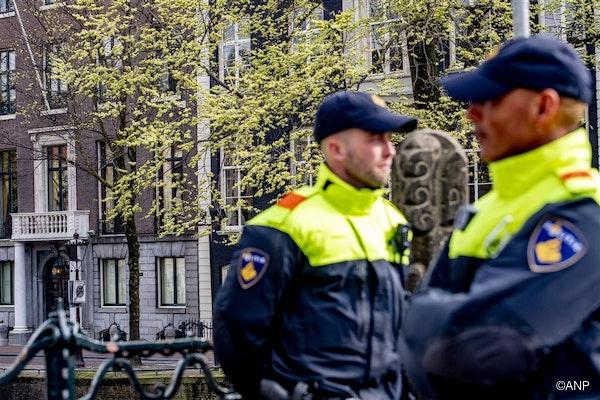 Politie bij de ambtswoning van Halsema, waar een wapenopslag wordt vermoed