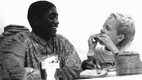 Vroeger at iedereen een boterhammetje met elkaar. Nu is alles racisme