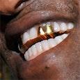 gewoon een random persoon met een gouden tand