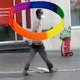 Een regenboogiër zonder etnische afkomst op weg naar een MIELE-winkel (religie heeft daarmee niks te maken).