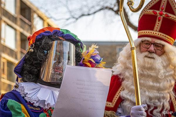 Wolvega vandaag. Sinterklaas en Piet bij een zorgcentrum