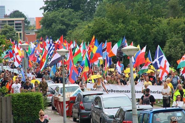 Demonstranten tegen de coronamaatregelen in de Tuinen van West te Amsterdam