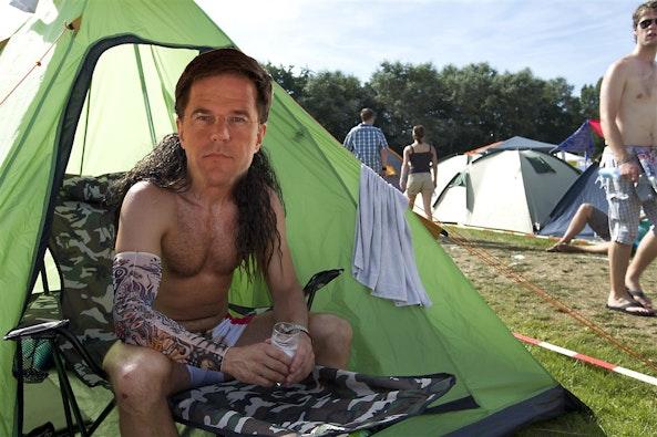 Mark Rutte drinkt een biertje (3 euro) bij zijn tent