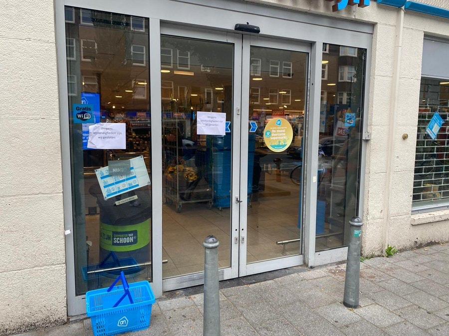 GeenStijl: Achttien winkels Albert Heijn DICHTGELIJMD