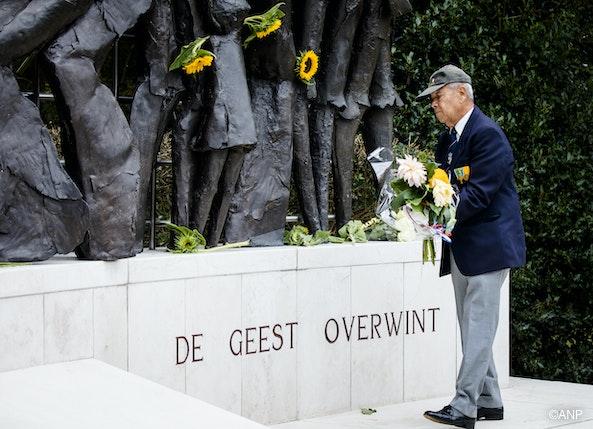 Kranslegging bij het Indisch Monument in Den Haag