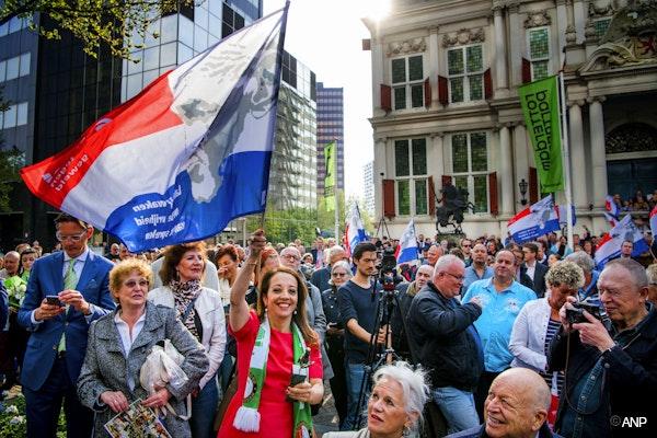 Iemand met een Nederlandse vlag in 010. Dat willen we graag zien
