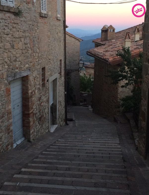 """""""Voor Italiaanse begrippen een zeer strakke trap. Lantaarnpalen, huisnummers en vensters: alles op elkaar afgestemd."""""""