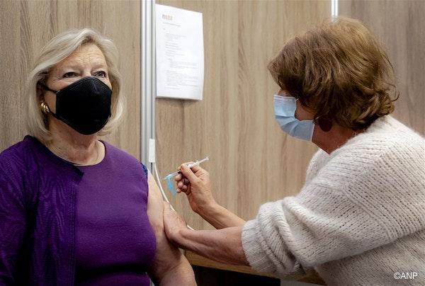 een vrouw van 200 ontvangt een vaccinatie